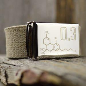 Ceinture en sangle de chanvre naturelle avec boucle gravée d'une image de molécule de THC